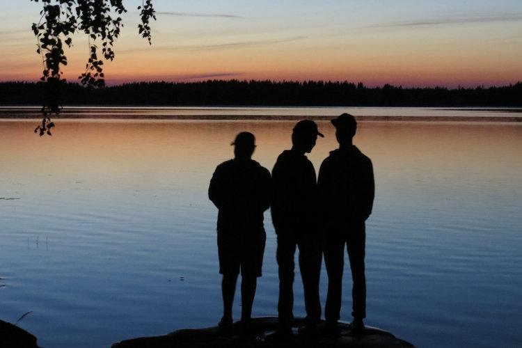 Elänne-järven rannalla, leirin viimeisenä iltana